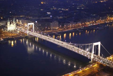 Erzsébet híd esti légifelvétel